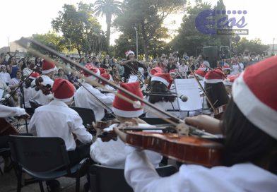 Ante un gran marco de púbico se 'encendió' el bello 'Árbol de Navidad' ubicado en Plaza Constitución